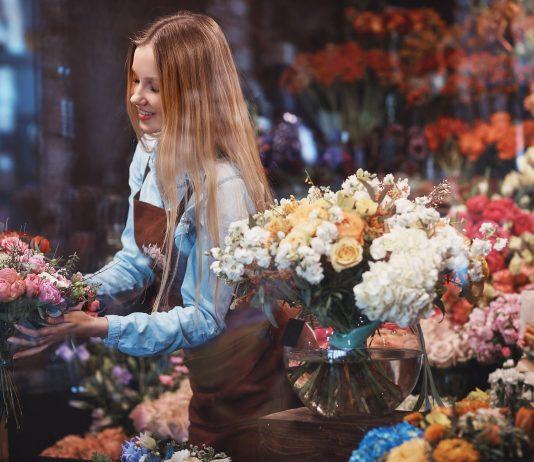 Nainen töissä kukkakaupassa